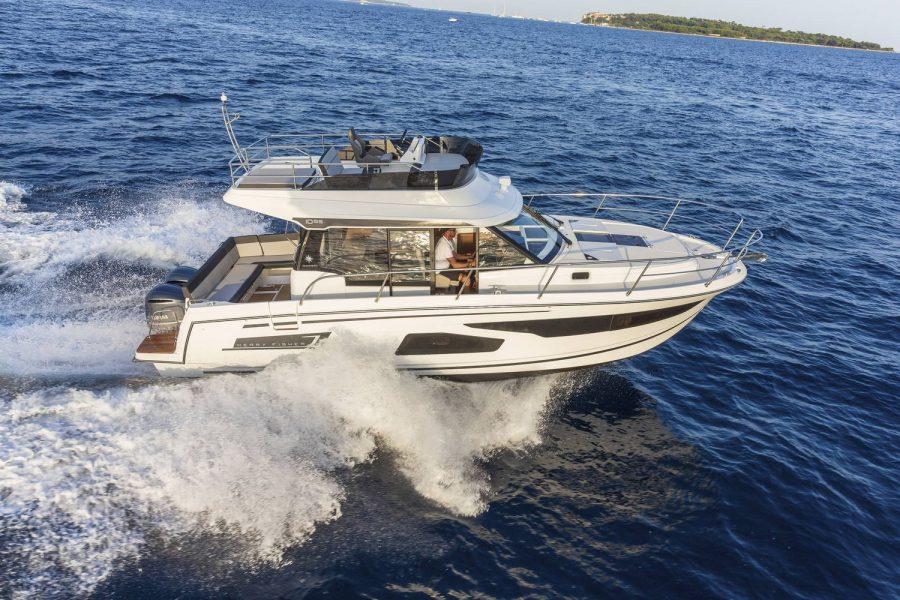 Jeanneau Merry Fisher 1095 Flybridge - on the water