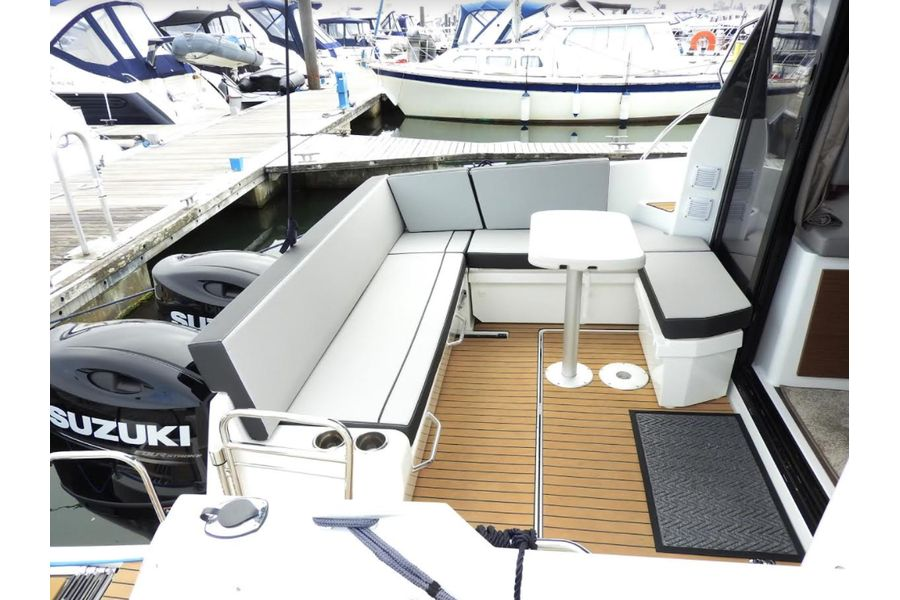 jeanneau-merry-fisher-895-cockpit-table