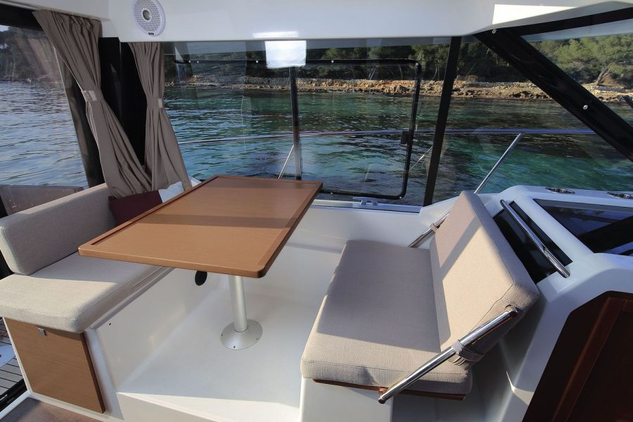 Jeanneau Merry Fisher 895 - wheelhouse saloon table and seating