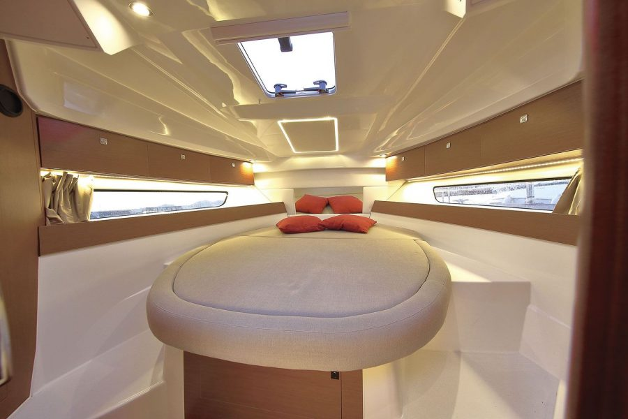 Jeanneau Merry Fisher 895 - forward cabin with double berth