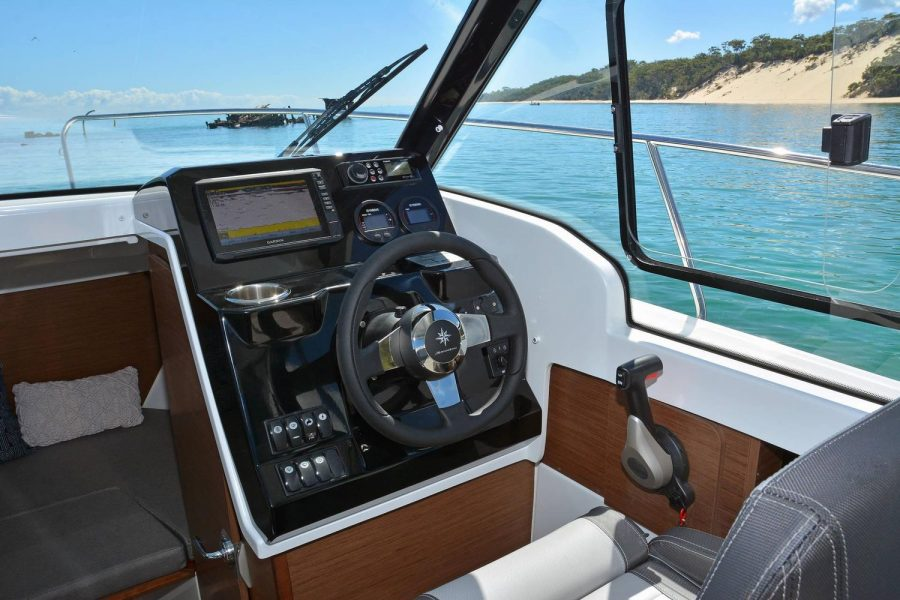 Jeanneau Merry Fisher 695 - helm position