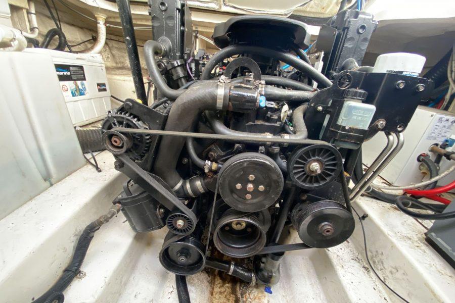 Sea-Ray-260-Sundancer-engine-front