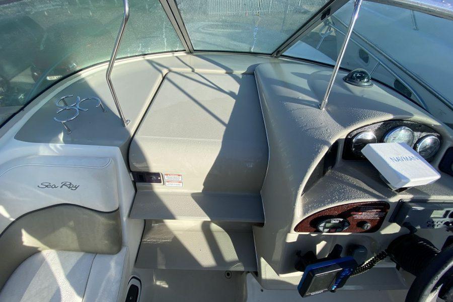 Sea-Ray-260-Sundancer-cabin-door