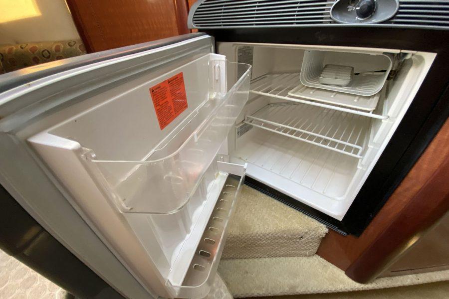 Sea-Ray-260-Sundancer-fridge